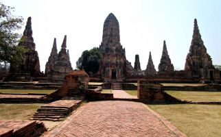 Just north of Bangkok lies the remains and magnificent ruins of the once impressive city of gold, Ayutthaya.