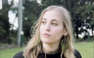 Austrailian singer-songwriter Hatchie is (thankfully) bringing back 90s shoegaze.